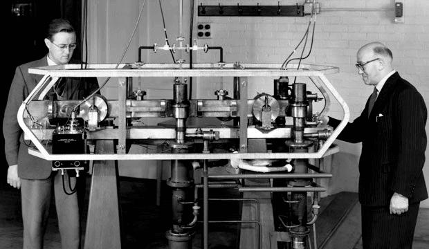 Джек Парри (слева) и Луи Эссен (справа) с Цезием Mk. 1 атомные часы
